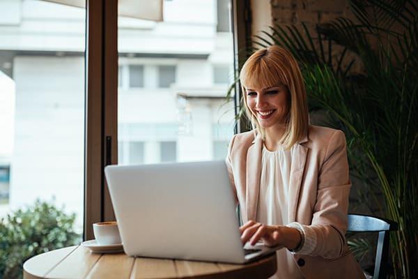 Mulher estudando o curso Fórmula Negócio Online e ganhando dinheiro trabalhando em casa